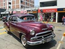 薛佛列De Luxe小轿车1951在利马停放了 库存照片