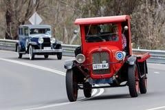 1927年薛佛列LM驾驶在乡下公路的平床卡车 库存照片