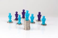 薪水差距,金钱与男性和女性figuri的发行概念 库存照片