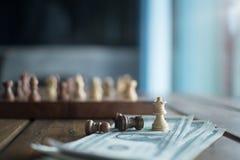 薪水的下棋比赛在金钱银行 库存照片