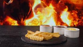 薯条从在火火焰背景的板岩板材消失 股票视频