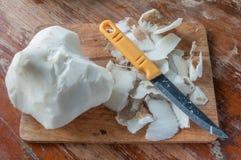 薯类和刀子 库存图片