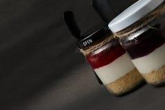 薯类草莓在黑背景的botton玻璃 免版税库存照片