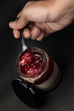 薯类草莓botton玻璃手 免版税库存照片