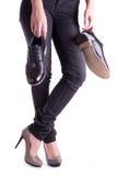 藏品人对s穿上鞋子妇女 图库摄影