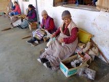 藏族在塔石陵村庄,博克拉,尼泊尔编织地毯 免版税库存图片