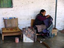 藏族在塔石陵村庄,博克拉,尼泊尔编织地毯 免版税库存照片