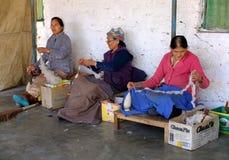 藏族在塔石陵村庄,博克拉,尼泊尔编织地毯 免版税图库摄影