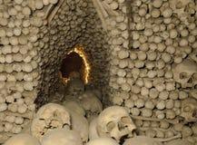 藏有古代遗骨的洞穴 免版税库存图片