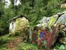 藏语在达兰萨拉,印度雕刻了沿道路的石头 免版税图库摄影