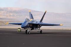 藏青色在柏油碎石地面的天使F/A-18大黄蜂 库存照片
