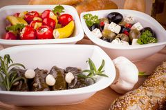藤叶子充塞用胡椒和地中海开胃小菜 免版税库存照片