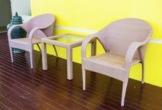 藤条制表和被设置的椅子 免版税图库摄影