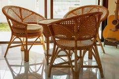 藤条家具在现代样式房子里 图库摄影