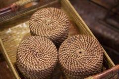藤条或竹子工艺品手工制造从自然从印度尼西亚亚洲的秸杆传统篮子容器 免版税库存图片