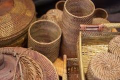 藤条或竹子工艺品手工制造从自然从印度尼西亚亚洲的秸杆传统篮子容器 图库摄影