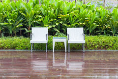 藤条椅子和桌在空的庭院里 免版税库存图片