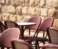 藤椅和桌片段 免版税库存照片