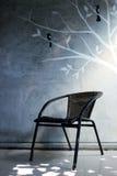 藤椅和绘画墙壁 免版税库存图片