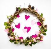 藤欢乐花圈与装饰玫瑰和桃红色纸心脏的 平的位置,顶视图 库存照片