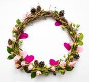 藤欢乐花圈与装饰玫瑰和桃红色纸心脏的 平的位置,顶视图 库存图片