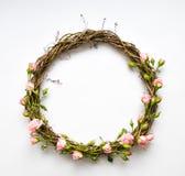 藤欢乐花圈与装饰玫瑰,叶子的 平的位置,顶视图 库存照片