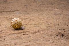 藤球,反撞力在干燥土法院的排球球 库存照片
