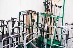 藤茎、拐杖和其他设备移动的残疾人 库存照片