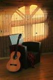 藤茎椅子和吉他 库存照片