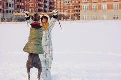 藤茎corso大型猛犬和少妇冬天下雪 库存照片