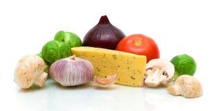 蘑菇、在空白背景的干酪和蔬菜 免版税库存图片