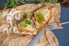 蘑菇和乳酪三明治,与选择聚焦的顶视图 库存图片