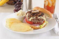 蘑菇和瑞士乳酪汉堡 免版税库存图片