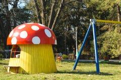 蘑菇在孩子公园喜欢戏剧房子 免版税库存图片