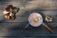 蘑菇在桌里 免版税库存图片