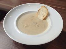 蘑菇奶油色汤用酥脆面包 图库摄影