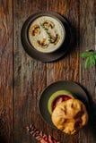 蘑菇奶油色汤装饰用切的蘑菇和多士在黑暗的木桌上 库存图片