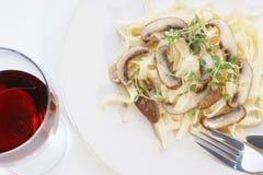 蘑菇意大利面食红葡萄酒 免版税库存照片