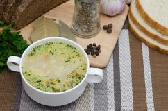 蘑菇汤用在一个白色盘的油煎方型小面包片在一张木桌上 库存图片