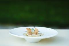 蘑菇汤纯汁浓汤用在一块大板材的大蒜油煎方型小面包片 免版税库存图片
