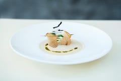 蘑菇汤纯汁浓汤用在一块大板材的大蒜油煎方型小面包片 库存图片