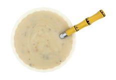 蘑菇汤顶视图奶油与匙子的 免版税库存照片