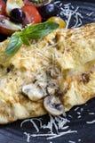 蘑菇煎蛋卷用巴马干酪和蕃茄沙拉 库存照片