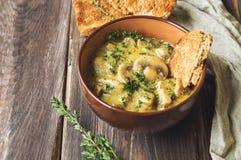 蘑菇酱油用在黏土碗的麝香草用敬酒的面包 免版税库存图片