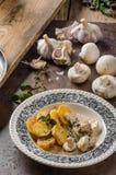 蘑菇酱油用烤土豆 免版税库存图片