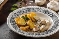 蘑菇酱油用烤土豆 免版税库存照片