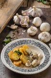 蘑菇酱油用烤土豆 图库摄影