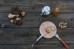 蘑菇食物在葡萄酒桌里 免版税库存照片