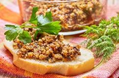 从蘑菇鱼子酱的三明治装饰与 免版税库存照片