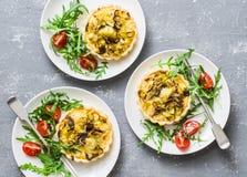 蘑菇,在灰色背景,顶视图的切达乳酪微型饼 可口开胃菜,塔帕纤维布,快餐 顶视图 图库摄影